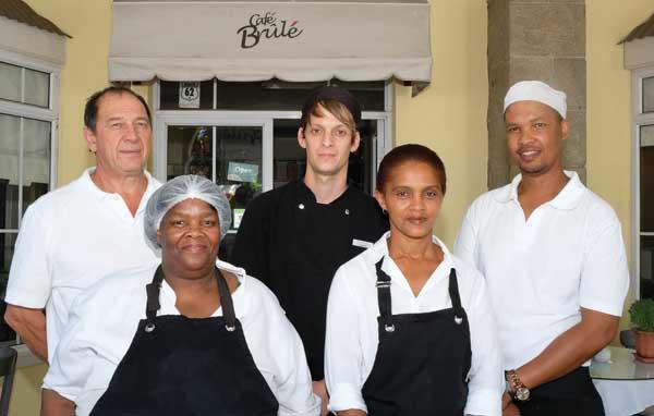 Smulpaaptoekenning in die afdeling vir informele eetplekke Die personeel van Café Brulé is voor van links Siena Basie en Diane Herwel en agter van links Alie Killian, Awie de Vries en Dan Simmers. Bianca Baardtman was afwesig.