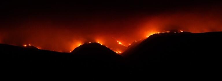 Die brand in die omgewing van die Gamkaberg Natuurreservaat was vroeg gisteraand sigbaar van die sementpad tussen Oudtshoorn en Calitzdorp.