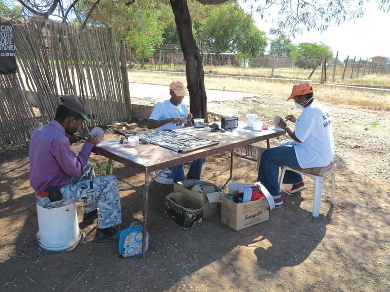 Die werkers by Kleinbegin: Ollie Monroe, Pieter Lewis en Sharon Saayman.       Foto: Liesel le Roux