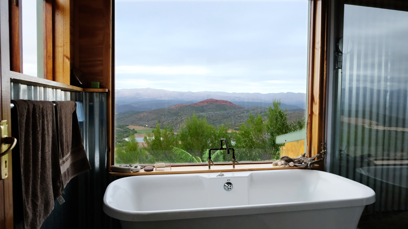 Selfs vanuit die badkamer is daar 'n onbelemmerde uitsig oor die Kammanassieberge.