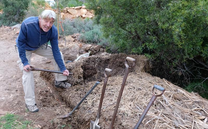 Joel Immermann wat sy eie organiese kompos maak met tuinafval en perdemis.