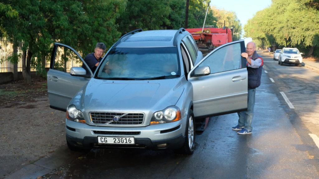 Die voertuig, 'n Volvo, word deur 'n wegsleepvoertuig van Japie Reinhardt gelaai.