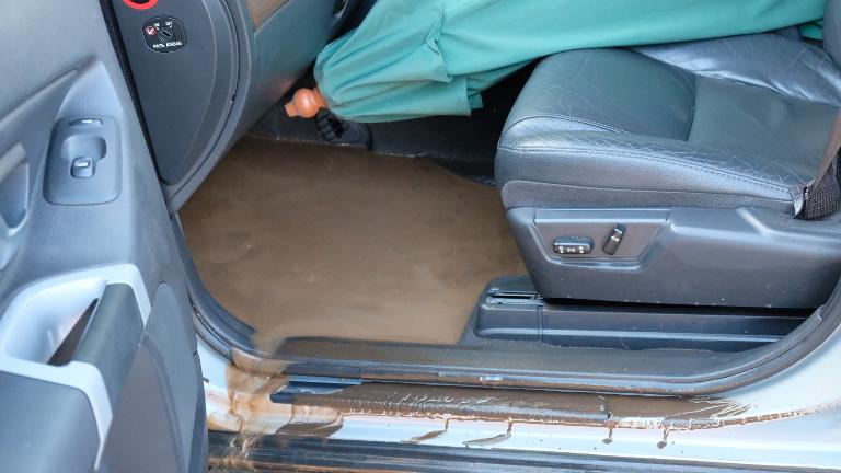 Die voertuig se vloer wat toe onder die water was.