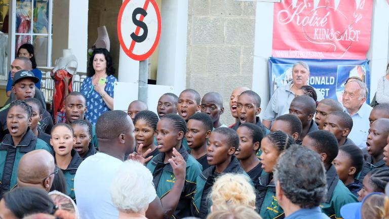 Die SANW-koor sing die volkslied vir Evita.
