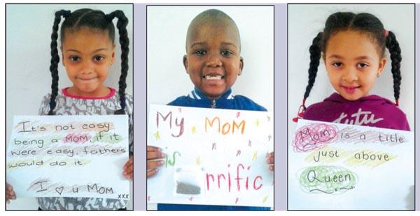 Die kleuters van Crayons Dagsorg het plakkate vir hul mammas gemaak! Van links is Skylar Julies (4), Lihlumelo Skewyiya (5), Bronwyn April (5).
