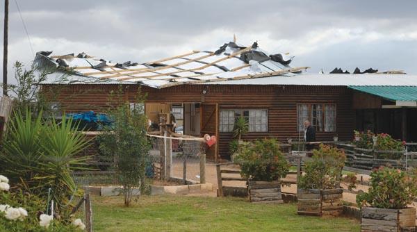 Bo: Die verwoeste dak van die huis. Foto's: Schalk le Roux