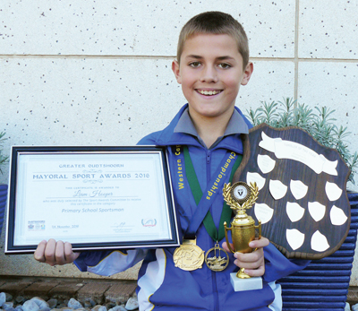 Liam Hooper met van sy trofees en medaljes.