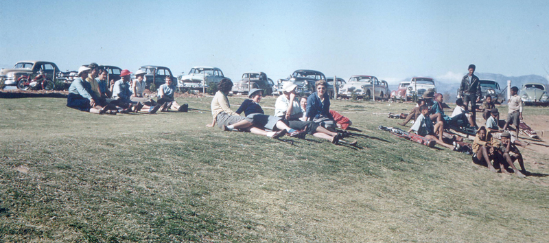 Dié foto's is met die opening van die gholfbaan op 31 Mei 1957 geneem. Agter die drie klublede links kan gesien word hoe min bome daar destyds was. Die klubhuis is vandag waar die mense bo op die gras sit.