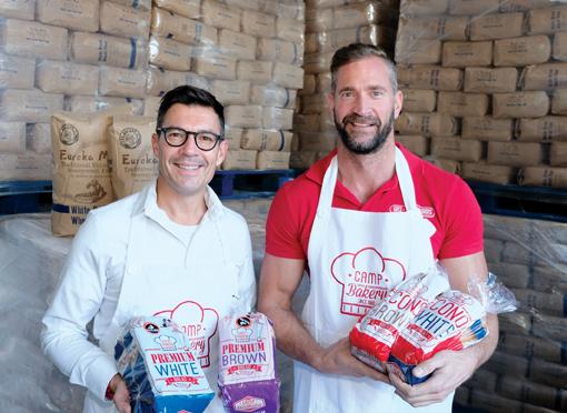 Jaco Vorster (links) en Johan van Heeden met Camp Bakery se premium brode wat met Eureka-meel gebak is. Hulle verkoop Eureka-meel (agter) by Oudtshoorn Wes-Handelshuis.