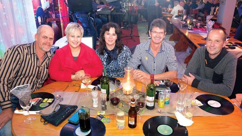 Van links is Lorraine Viljoen, Melanie en Thinus Meiring en Hendrik de Villiers.