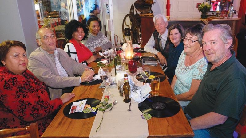 Ook onder die gaste is van links Luise Sill-Shaw, Steve Shaw, Portia Silika (Oudtshoorn Munisipaliteit), Wendy Nojoko (Oudtshoorn Munisipaliteit),  Jan en Mona Jonker, en Naomi en Willie Robinson.