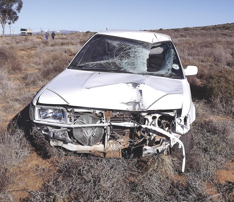 Die stukkende padbord (Foto heelbo) en erg beskadigde Toyota Corolla (Foto bo).  Foto's: Ilze-Mari Gründling
