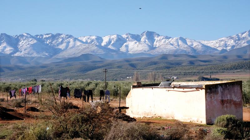 As dit sneeu in die Klein Karoo... Bo: Die gesig wat die afgelope week inwoners van die Klein Karoo betower het - die bergreekse spierwit van die sneeu. Die foto is deur Schalk le Roux net noord van Oudtshoorn naby Surval geneem.