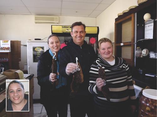 Die nuwe eienaar van Biltong Den in die Queen's Mall op Oudtshoorn, Sidney Jonck (middel), by twee personeellede,  Estelle Visser (links)  en Nicolene Terblanche. Inlas foto: Ninette Behr.   Foto: Ilze-Mari Gründling