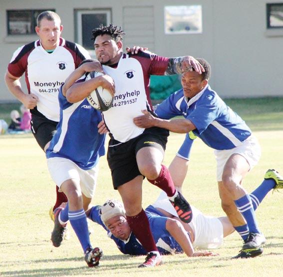 Nathan Stoffels, Oudtshoorn se flank, breek met die bal.  Foto: Ebenezer Titus