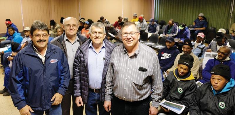 David Malan (regs), besturende direkteur van Klein Karoo Saadproduksie, saam met (van links) André Nel van Irrikor op Oudtshoorn, Fredo van Zyl en Johan Swart, albei van Danamix Water Solutions, wat die besproeiingsopleiding gegee het.