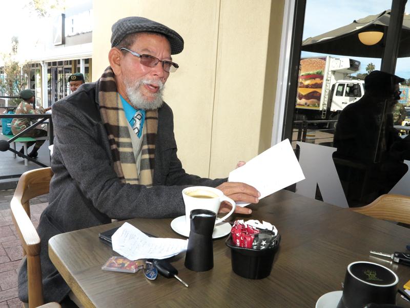 Poem Mooney, bekende Khoisan-leier, bobaas-storieverteller en woordkunstenaar van Oudtshoorn, het pas 'n bundel gedigte, Klipstapel - Verse oor Die Koisan, die lig laat sien. Hier lees Mooney vandeesweek van sy gedigte voor tydens 'n gesprek met Die Hoorn. Berig op bladsy 3.                 Foto: Liesel le Roux
