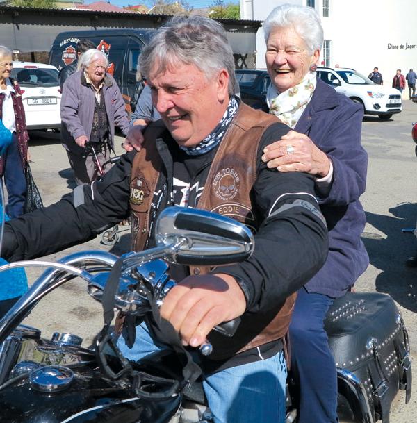 Regs:  Die statige Baby van Rooyen (83) van Oudtshoorn geniet duidelik 'n motorfietsrit saam met Eddie Asmus van die Breede River Harley Davidson Chapter.   Foto's:   Liesel le Roux