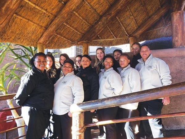 Die vroue-personeel van Buffelsdrift bestaan uit: bestuur, ontvangs, skoonmaakpersoneel, kelnerinne, kombuispersoneel en lede van die Spa-span.