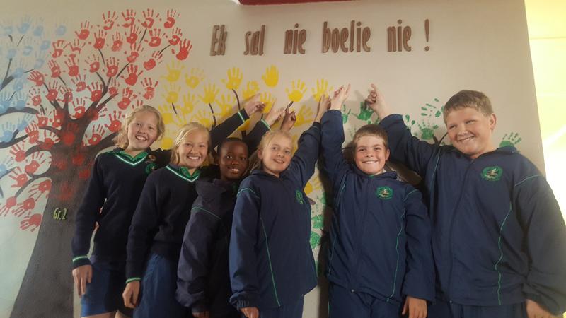 Leerders van Laerskjool Laurus se graad 4-klas staan hier by van die geverfde bome. Van links staan: Ingrid Stander, Wilmé Stander, Quincy Maruping, Megan Terblanche, Jan-Louis van der Westhuizen en  Dehan de Kock.            Foto verskaf
