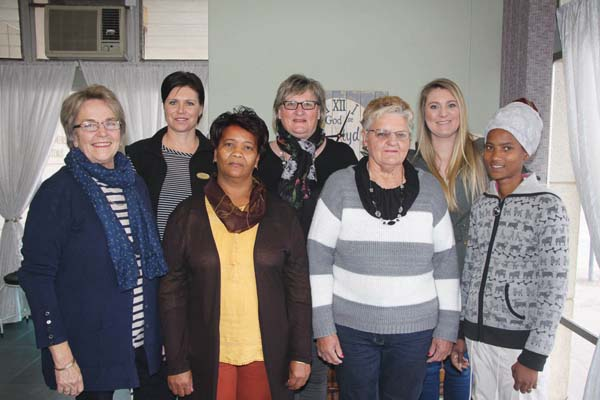 Agter van links is Laetitia King, Mathilda le Roux, Louwna le Roux en voor van links  Anneke Koorts, Mercia Bezuidenhout, Hannetjie Barnardo en Mia Piedt.                            Foto: Wyndham Ewerts