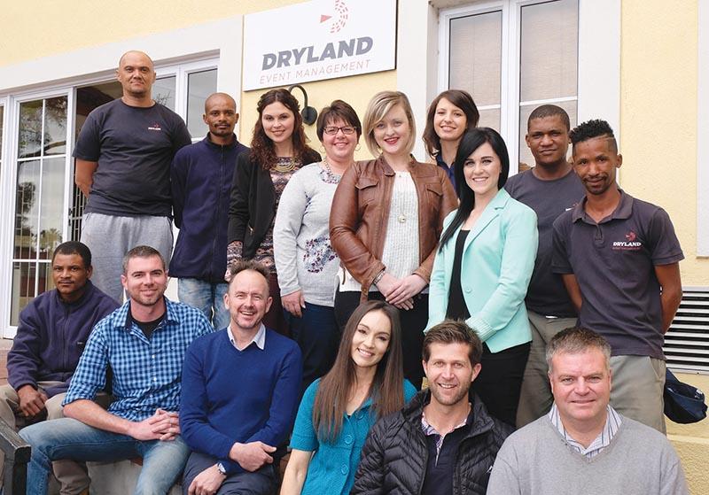 Die span van Dryland Event Management is voor van links Dedrick Ewerts (stoorman), Brandon Iverach (finansiële bestuurder), Henco Rademeyer (besturende direkteur), René Rademeyer (gasvryheidsbestuur-der), Bernard le Roux (operasionele direkteur) en Carel Herholdt (finansiële direkteur), en agter van links Billy De Klerk en Denvor Ewerts (operasionele assistente), Leigh-Ann Bawden (bemarkingsassistent), Yolandi Ellis (administratiewe bestuurder), Kie-Mari Landman (bemarkings- en kommunikasiebestuurder), Isabel Grimbeek (ontwerp en finansies), Maryka Janse van Rensburg (logistiek en bedryf), en Afrika Tarentaal en Dawie Campher (operasionele assistente).