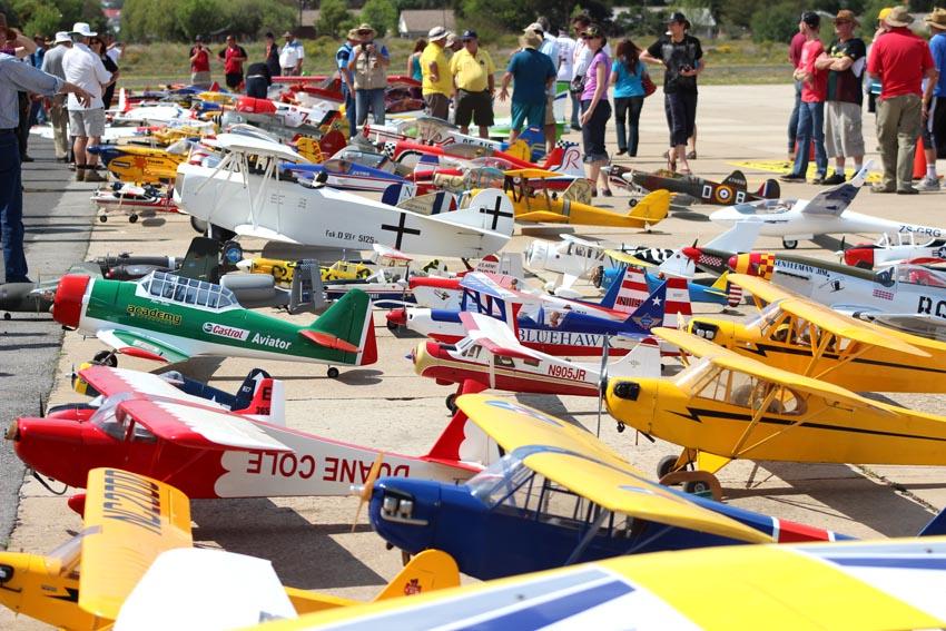 Modelvliegtuigies, Vetplante, Boeremusiek en Zoar se 200ste dié langnaweek in die Klein Karoo
