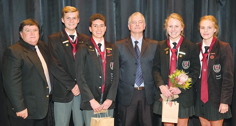 Mnr Coenie de Vos (middel), hoof van die Hoërskool Oudtshoorn, en mnr Bernie Deacon (links) saam met die Struisies se hoofleiers van 2018. Van naaslinks is Niël Terblanche (onderhoofseun), JG Marais (hoofseun), Julia de Beer (hoofmeisie) en Génevieve Klemm (onderhoofmeisie).