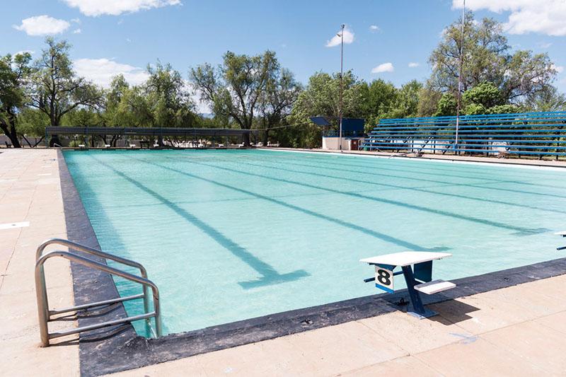 Die water van die NA Smit Swembad was gister weer blou en skoon nadat die swembad se groen water erge verleentheid by die SWD Tweekampproewe  verlede week veroorsaak het. Ook die gekraakte sementblokke langs die swembad is intussen herstel.  Foto verskaf