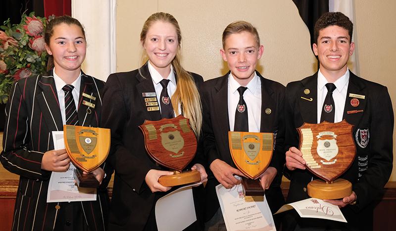 Toekennings vir prestasie in akademie en sport het gegaan aan (van links) Kayla Steyn (junior meisie), Carla van Zyl (senior meisie), Robert Swart (junior seun) en JG Marais (senior seun).
