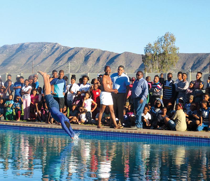 Die eerste duikslag in die nuwe Prins Albertse dorpswembad dwing die bewondering af van die munisipale bestuurder, Heinrich Mettler (middel agter).              Foto: Marlene Malan