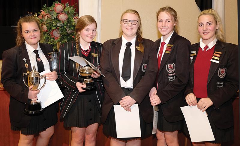 Graad 12 se vyf toppresteerders in akademie is (van links) Lisa Victor, Sofie Heller, Lara van der Walt, Marüzahne Storm en Lilla Terblanche.
