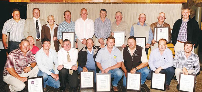 Die naaswenners in die onderskeie kategorieë het ook sertifikate ontvang. Voor van links is  Marco Verdoes van JFJ Boerdery, Beaufort-Wes, (Wit Uie), André de Wit van Scholtzkloof Boerdery, Prins Albert (OP Wortels), John Scholtz van OO Scholtz Boerdery BK, Calitzdorp, (F-1 Lenteuie), David Malan, Japie de Bruin van Drilrivier Boerdery Vennootskap, van Clanwilliam (OP Geel Uie: 5ha+), Richard Terblanche van Augsburg Landbougimnasium, Clanwilliam (Rooi Uie: 0-5ha), Flip Olivier van JE Olivier en Seuns BK, Volmoed (OP Geel Uie: 0-5ha), Louis Zaayman van Fanie Zaayman Boerdery, Calitzdorp (New Bunching), en Jan-Jurie Schoeman van Excelsior Trust by De Rust (OP Lenteuie), en agter van links Stefan le Roux van De Hooggelegen Boerdery, De Rust (Beet), Stander Terblanche, Dawid du Preez van Dawid en Bertus Boerdery, van Calitzdorp (F-1 Wortels), Johannes Delport van Delport Broers Boerdery (Preie), Pieter Burger, Riaan Fourie van Fraserburg (F1-Uie: 0-5ha), Johan Fourie van JLA Boerdery, Calitzdorp (F-1 Wortels), Jannie Lategan van Lategansvlei (OP Lenteuie), Henry Coetzee van Mahoebe Eiendomme, Prieska, (F1-Uie: 5ha+ en Rooi Uie: 5ha+), en Kobus de Kock van JFJ Boerdery.