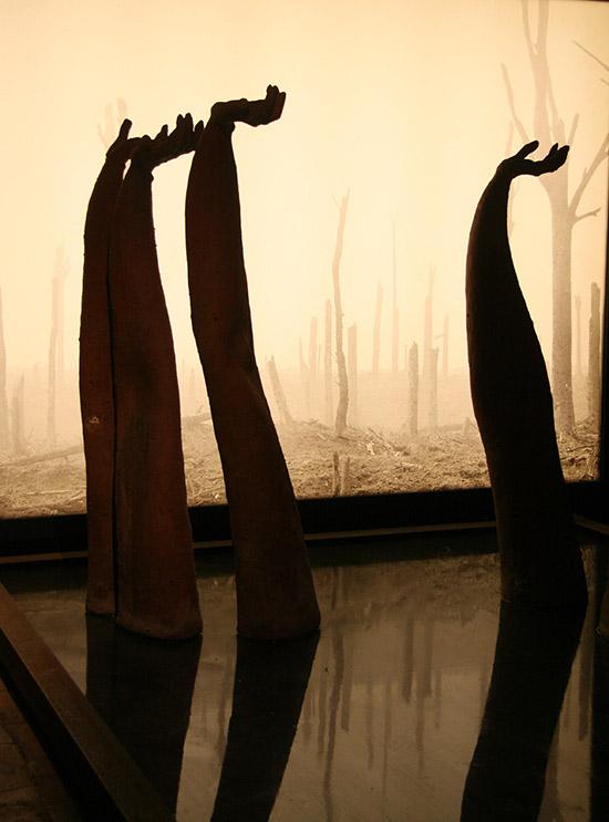 Reinderd Visser het die foto by die Zonnebeke Museum in Vlaandere geneem. Die hande stel soldate wat verdrink voor.