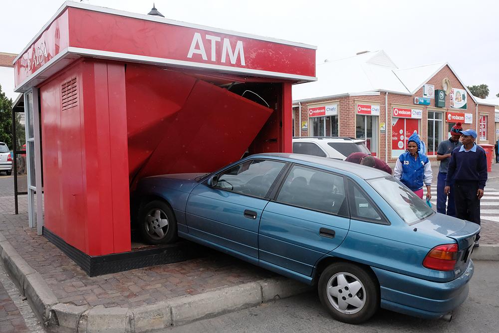 Motor ry in Absa-kitsbank op die parkeerterrein van die Queen's Mall vas