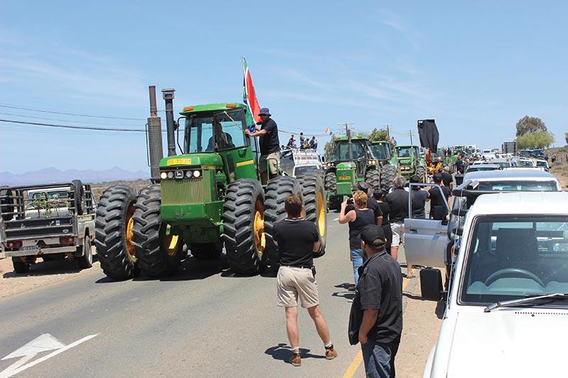 Sowat 30 trekkers van verskillende groottes het ook aan die protesoptog deelgeneem. Foto: Higgo Jacobs (nog foto's op bl 2)