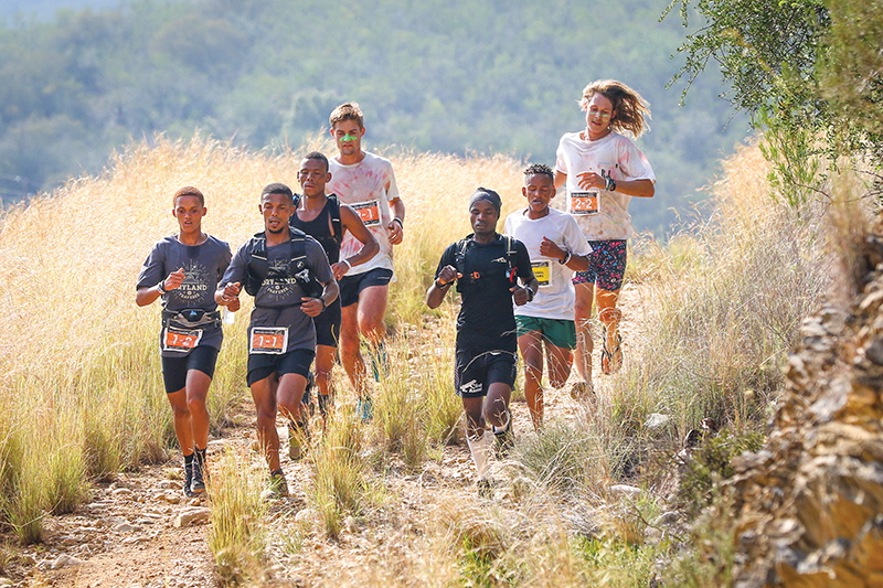 Vier atlete van Oudtshoorn onder die voorlopers tydens die tweede skof van die Dryland Traverse, is Francois Ma-quassa (links), John April (naaslinks), Ettiëne Plaatjies (derde van links) en Gershwill Jacobs (naasregs). Foto: Oakpics.com