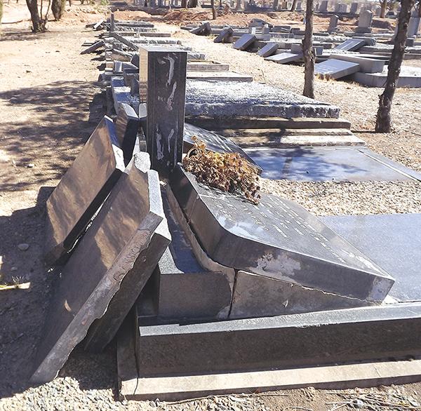 Die Oudtshoorn Begraafplaas was die week die toneel van erge verwoesting, met die kopstukke van ten minste 20 grafte wat die naweek daar omgegooi en beskadig is. Volgens die opsigter, Hekkie Visman, het dit so gelyk toe hy Maandagoggend by die werk kom. Daar is nie sekuriteit oor naweke by die begraafplaas nie. Ntobeko Mangqwengqwe, munisipale woordvoerder, sê die munisipaliteit ondersoek tans wat daar gebeur het. Die munisipaliteit was nie bewus van die voorval voordat Die Hoorn dit onder hul aandag gebring het nie. Foto's: Ilze-Mari Gründling