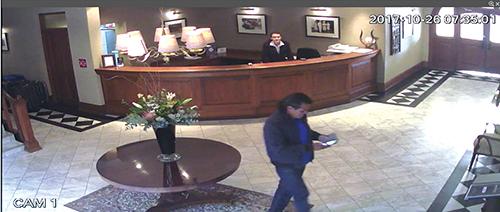 Twee mans wat verlede Donderdag deur die Queen's Hotel se sekuriteitskameras afgeneem is.                                     Foto verskaf