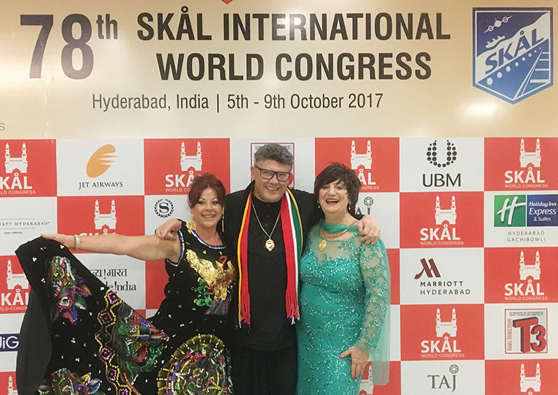 Niel Els by Skål International se afgelope wêreldkongres in Indië. Saam met hom is Yolanda Fernández Alonso van Mexiko, verkose president van Skål International, en Lavonne Wittmann, vise-president van Skål International.