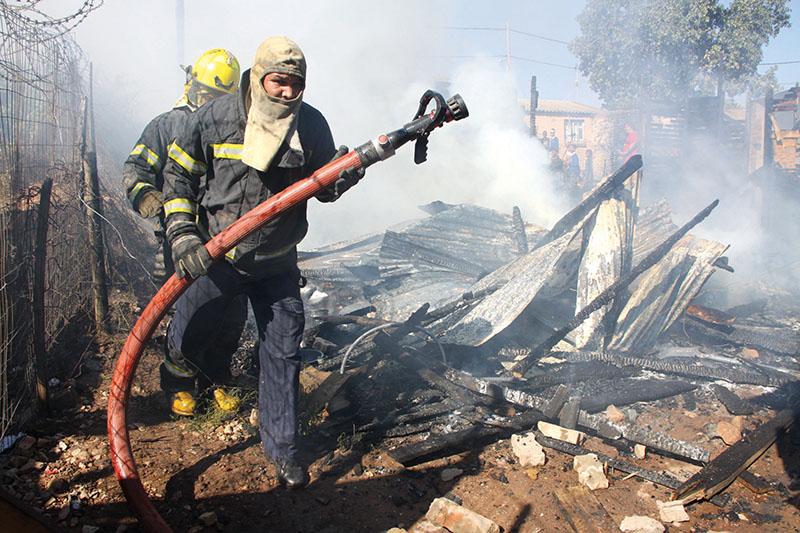 Twee opslaanhuise het Vrydagmiddag saam in Bridgton, Oudtshoorn afgebrand