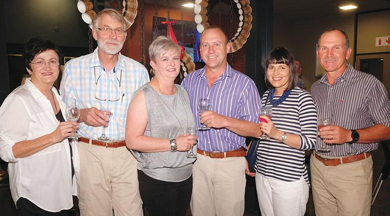 Van links is Anita en Johan Rabe, Anne-Marie en Gert Els, en Ria en Joey Potgieter.