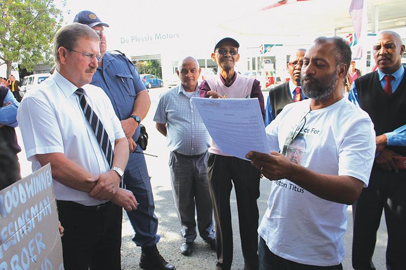 Leon Campher oorhandig 'n memorandum aan hooflanddros Jaco Lambrechts. Foto's: Garnett Wicomb