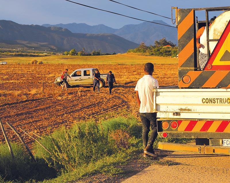 Dronkbestuur ondersoek na bakkie in veld beland