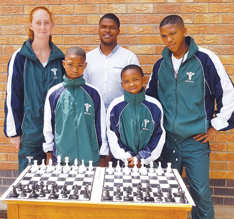 These learners from Calitzdorp High School excelled dur­ing the SA Junior Chess Cham­- pion­ships. Melinda Oosthuizen (back left) has been invited to the SA Junior Closed Championships in May, Hanzé Flippies (back right) and his u.18B team won a bronze medal, Amelick Pieter- se (front left) and his u.14B team a gold medal and Adrian Coet­zee (front right) and his u.12B team a bronze medal. Adrian was also overall winner in his category and won six out of seven games. With them is coach Jurgen Coetzee.