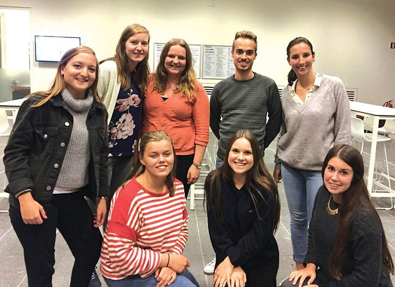 Die Belgiese studente wat in Prins Albert skoolhou, is voor van links Margot van Antwerpen, Riani Rillaert en Amber Wouters, en agter van links Tine Bleuze, Kiama Steemans, Ellen Goudesone, Lex Verhaegen en Marie Macken.  Foto verskaf
