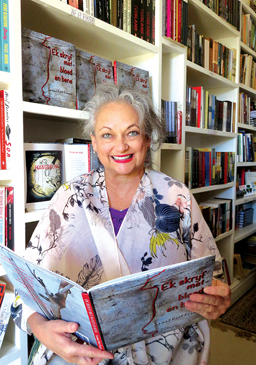 Louisa Punt-Fouche met haar nuwe digbundel, Ek skryf met bloed en bene. Foto: Marlene Malan