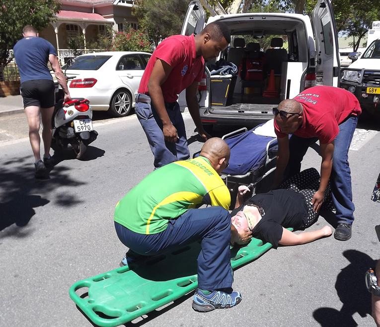 Jong motorfietsryer na hospitaal nadat voertuig haar van agter stamp