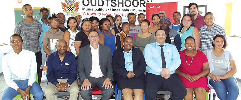 Van links is Kabelo Lekalakala (SEDA), Mzi Baleni (Absa), burgemeester Colan Sylvester, Odwa Nabe (Absa), Nico Europa (Absa), Violet Lupuwana (Chumile Consulting) en Annique Arries (Youth Cafè) saam met jeugdiges betrokke. Foto: Ilze-Mari Gründling