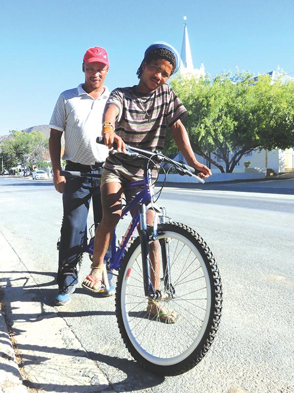 Fokus op Prins Albert: Blinde Piet Vries kan nou  fietsry plaas toe na sy skape